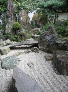 """Giardino Daisen-in, Kyoto, Giappone. XVI secolo. Il """"fiume zen"""". C'è anche un ponte."""