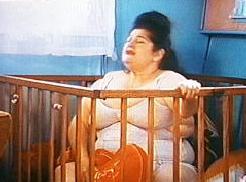 """Scena tratta da """"Pink Flamingos"""", John Waters. Mamma Edy passa tutto il film seduta dentro il box a mangiare uova crude."""