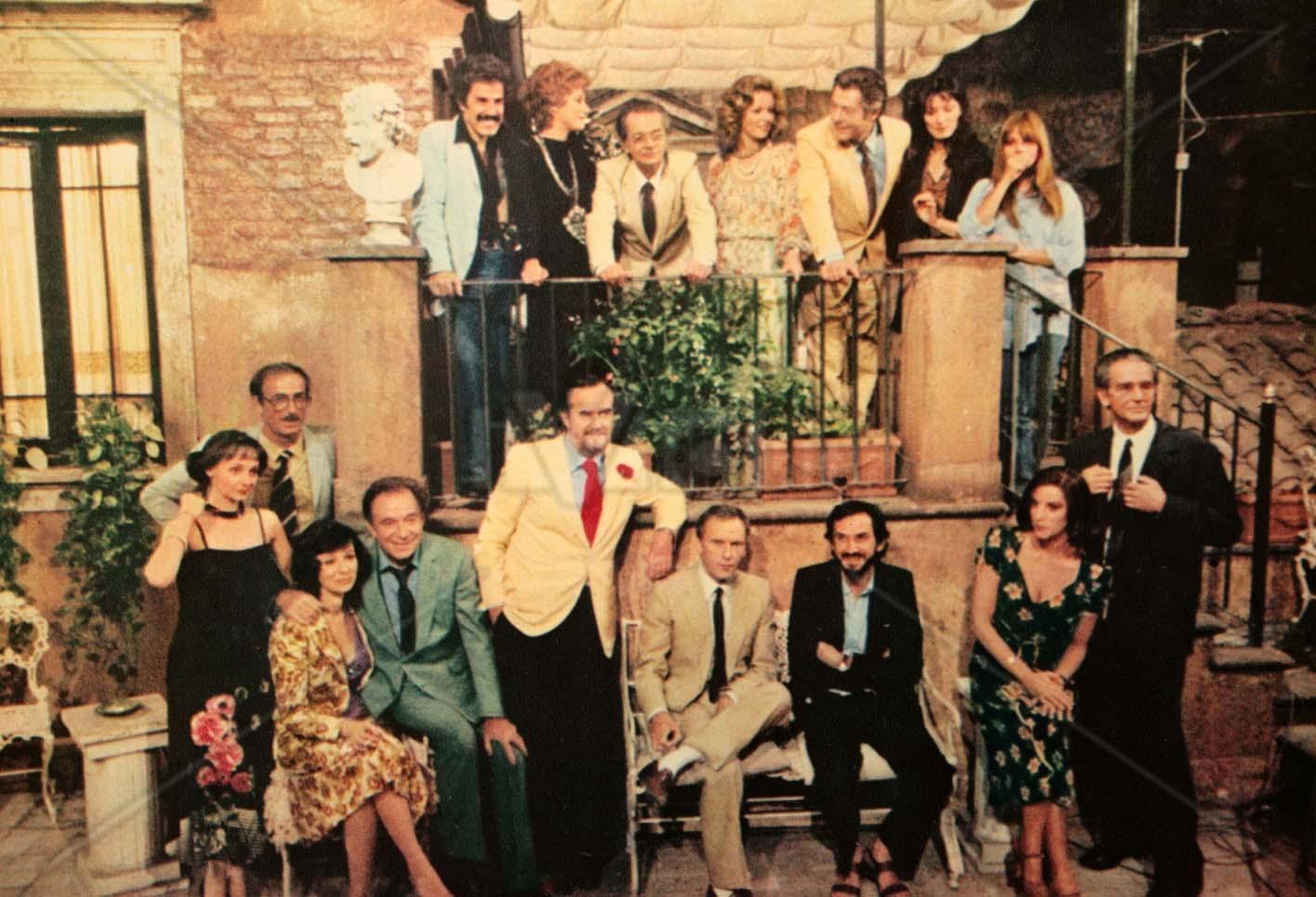 """commedia all italiana Qui il cast di attori e tecnici pronti per le riprese di un film che vuole sublimare e  reinterpretare la """"commedia all'italiana"""", con la speranza di."""